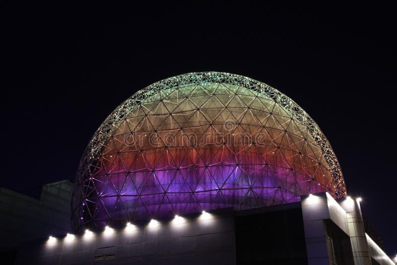 Dôme multicolore de Shenyangs, bâtiments, architecture, nuit en acier en verre photos stock