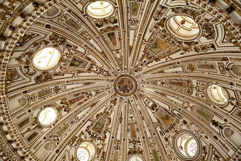 Dôme ornemental intérieur avec des fenêtres de cercle image stock