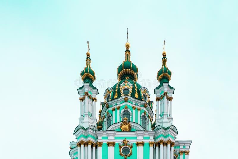 Dôme orthodoxe d'église chrétienne d'Andriivska dans Kyiv, Ukraine images libres de droits