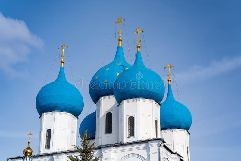 Dômes bleus de l'église orthodoxe russe dans le monastère de Vysotsky, ville de Serpukhov, région de Moscou image libre de droits