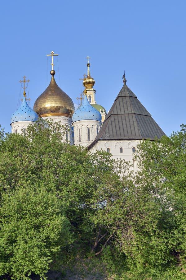 Dômes d'église et tour défensive photographie stock