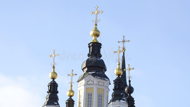 Dômes d'or d'église orthodoxe de résurrection à Tomsk photos stock