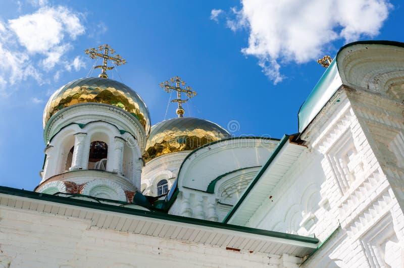 Dômes d'or de la cathédrale de trinité sainte photographie stock