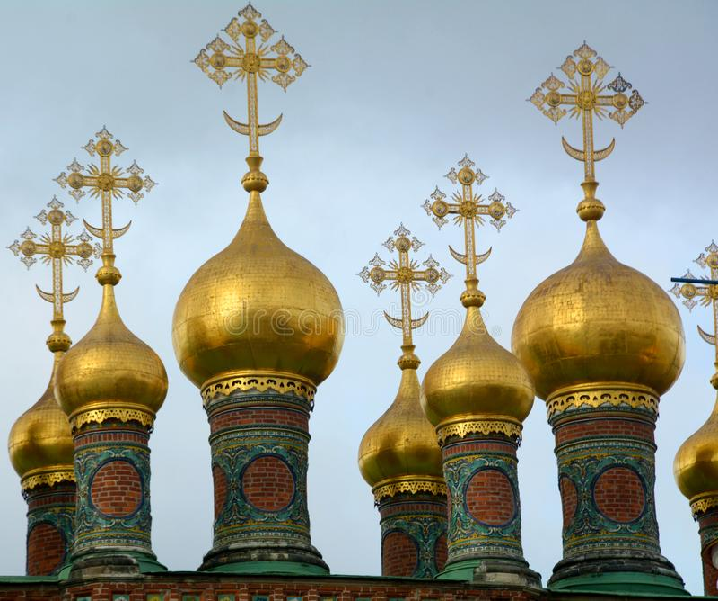 Dômes de l'église dans Kremlin images stock