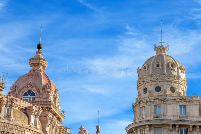 Dômes des bâtiments élégants et historiques à Gênes, Italie images libres de droits