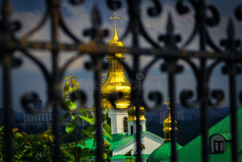 Dômes du beau monastère masculin d'or bleu de Svyato Mikhailovsky, église orthodoxe ukrainienne du patriarcat de Kiev image stock