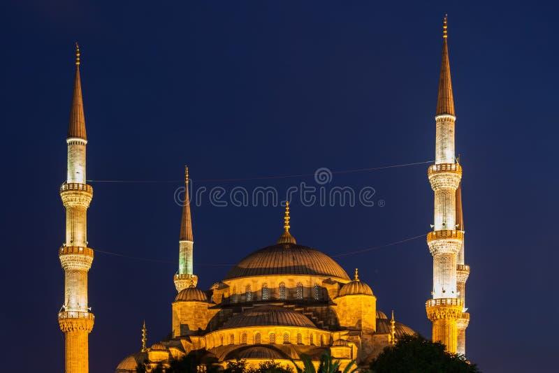 Dômes et minarets bleus de mosquée à Istanbul la nuit photos stock