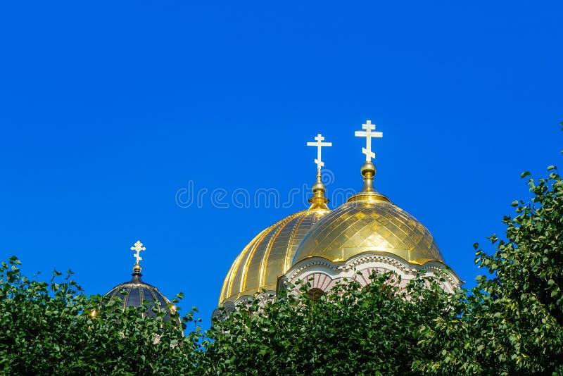 Dômes jaunes d'or de nativité de Riga de cathédrale du Christ image stock