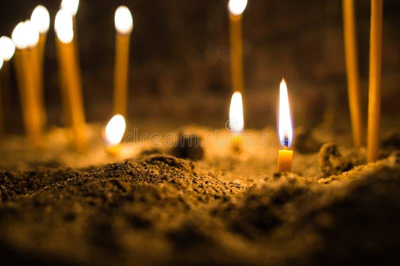 Dö stearinljuset i sanden royaltyfri foto