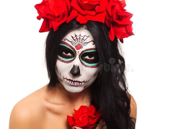 död dag halloween Den unga kvinnan i dag av den döda konsten för maskeringsskalleframsidan och steg Isolerat på vit closeup arkivfoto