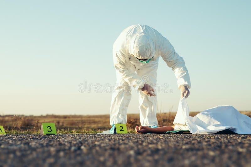 Död kropp efter mord på scenen efter kriminalteknik av polisen royaltyfri fotografi