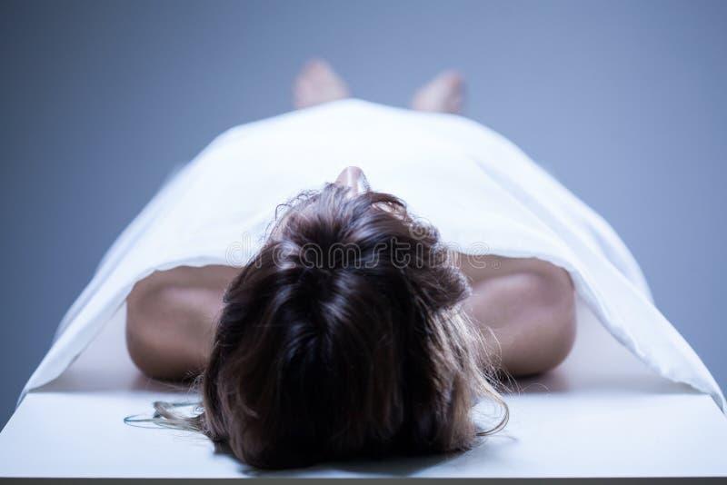 Död kvinna i bårhuset royaltyfria bilder