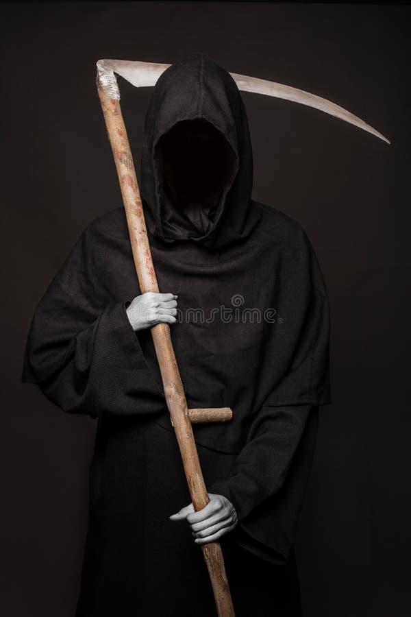 Död med lieanseende i mörkret halloween royaltyfria bilder