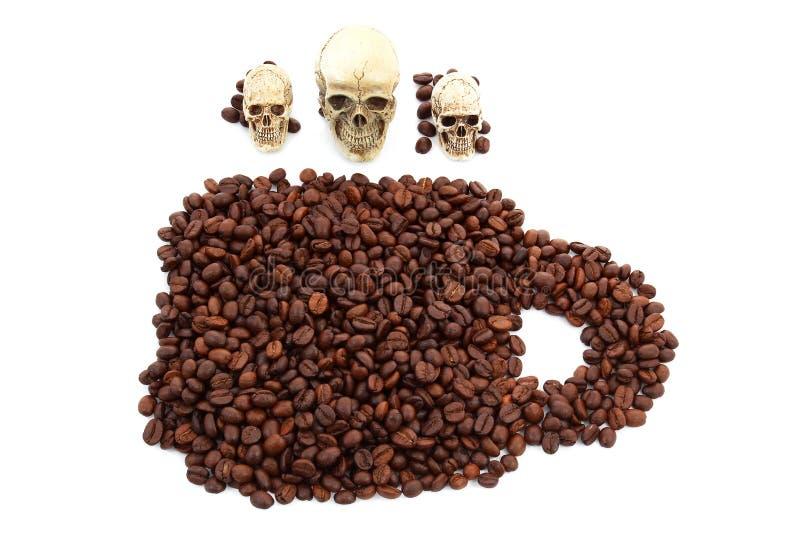 Döda av kaffebönan på vit backtground arkivfoto