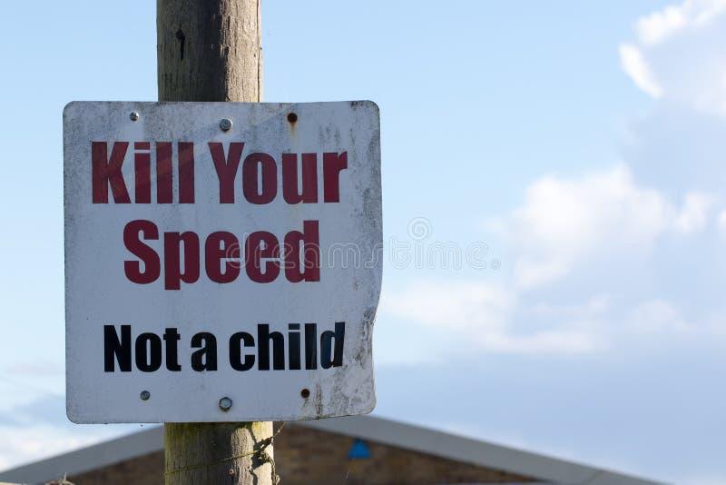 Döda din hastighet inte ett barnvägmärke Skolasäkerhetstrafik som lugnar meddelandet arkivfoto
