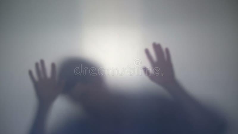 Dödad man som ner faller, offer av mördaren, sista rörelse av den döda personen fotografering för bildbyråer