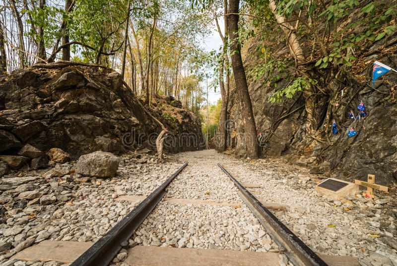 Dödjärnväg, gammal järnväg på Hellfirepasserandet, Kanchanaburi royaltyfria bilder