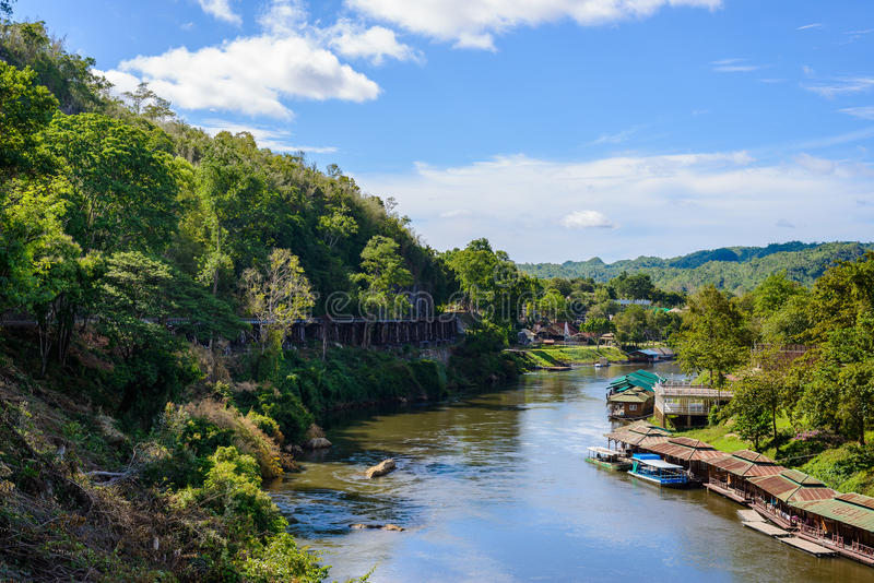 Dödjärnvägsbro över Kwaien Noi River på den Krasae grottan royaltyfria bilder
