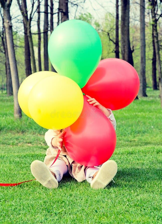 Dölja bak ballonger royaltyfria bilder