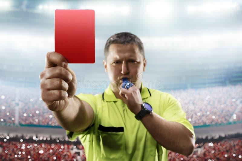 Döma visa det röda kortet i fotbollstadion royaltyfri foto