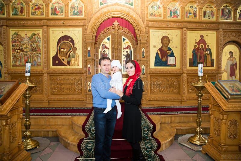 Döpa. Familj som firar dop i ortodox kyrka royaltyfri fotografi