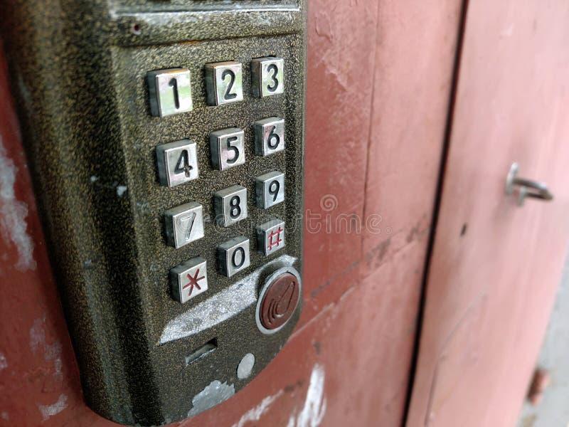 Dörråtkomstskyddpanel som låser och som låser dörren upp Säkerhetssystem arkivbild