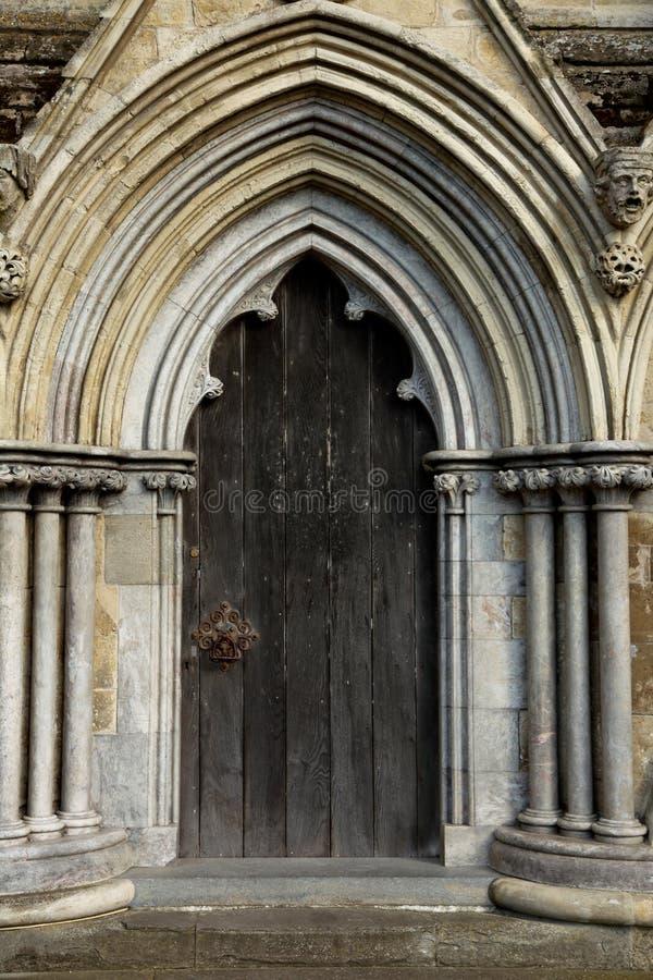 Dörröppning i den Salisbury domkyrkan arkivfoto