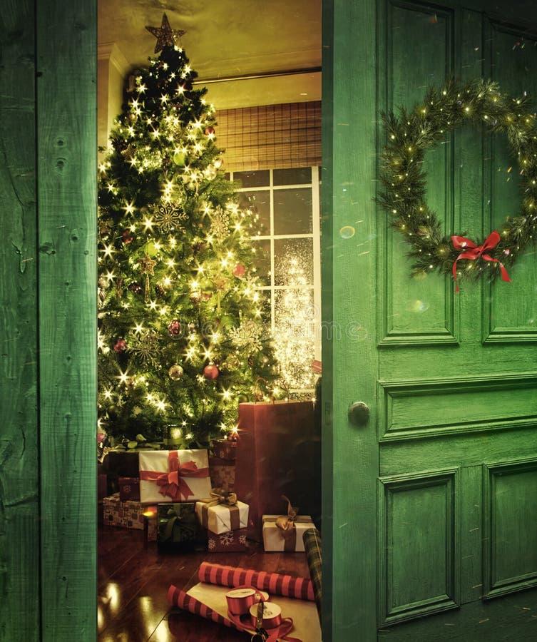 Dörröppning in i ett rum med julgranen royaltyfri foto
