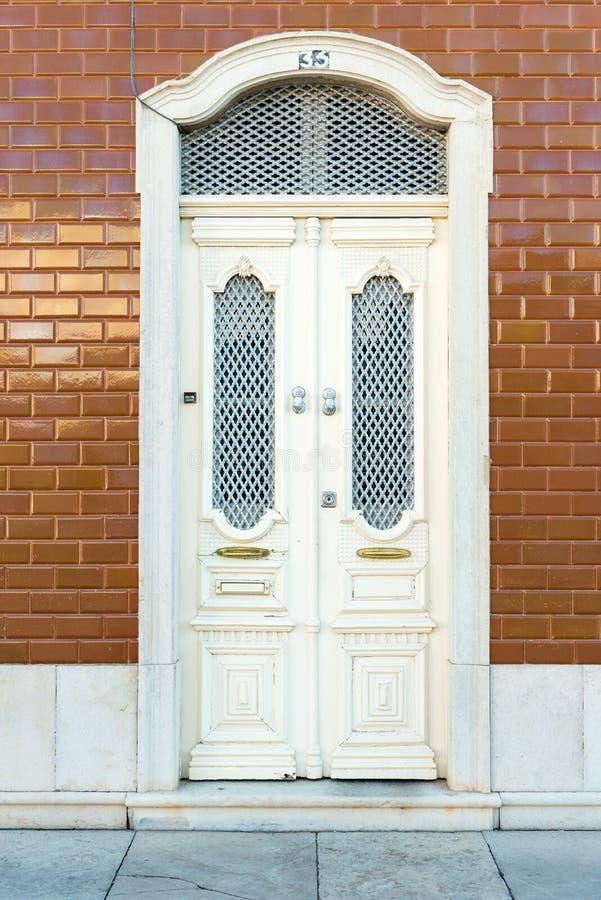 Dörröppning med tegelplattor, Portugal arkivbild