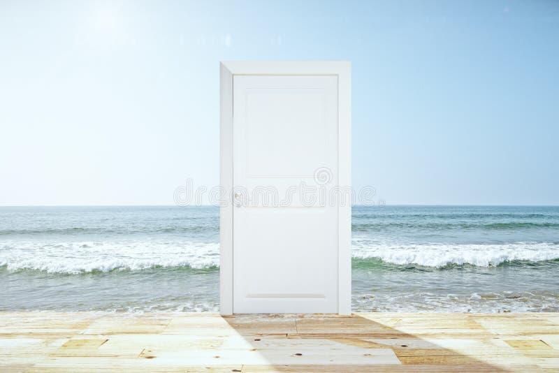 Dörröppning som spliting det trägolvet och havet royaltyfri bild