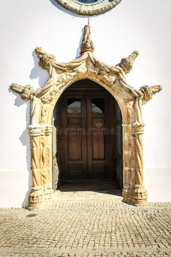Dörröppning till den huvudsakliga församlingkyrkan i Monchique, Portugal arkivbilder