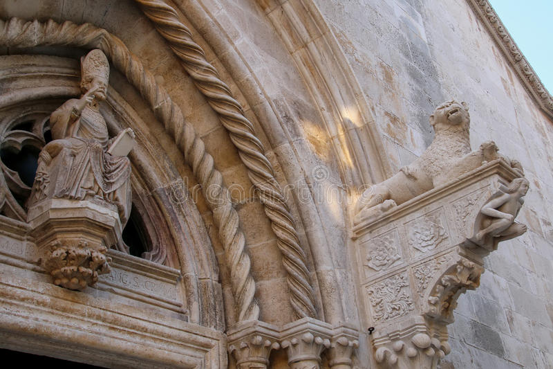 Dörröppningsdetalj av domkyrkan av St Mark i Korcula gammal stad, C arkivbild