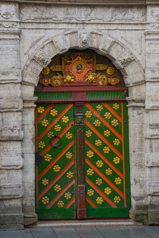 Dörr av brödraskapet av pormaskar estonia tallinn Gammal härlig dörr med dekoren i den gamla staden arkivfoton