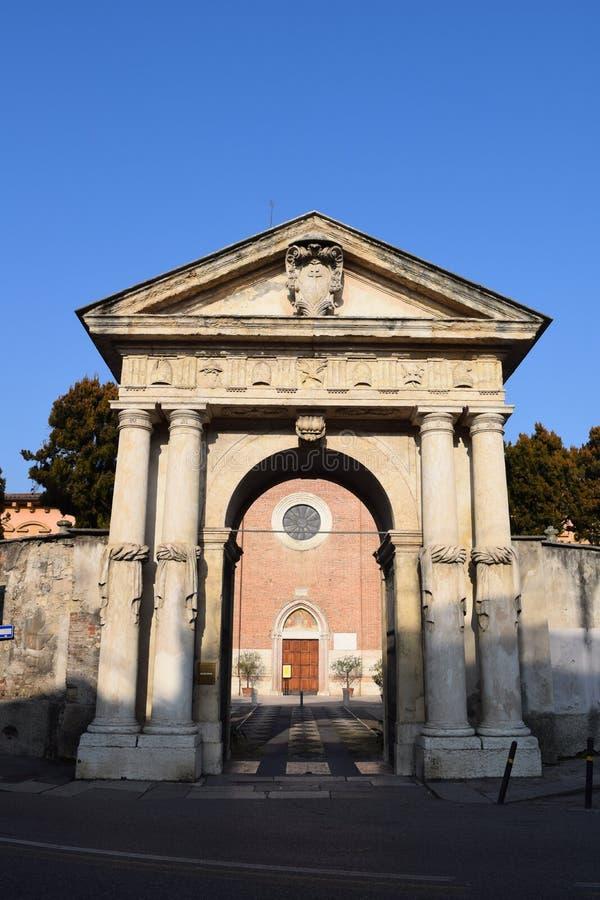 Dörr av kyrkan av San Nazario arkivfoto
