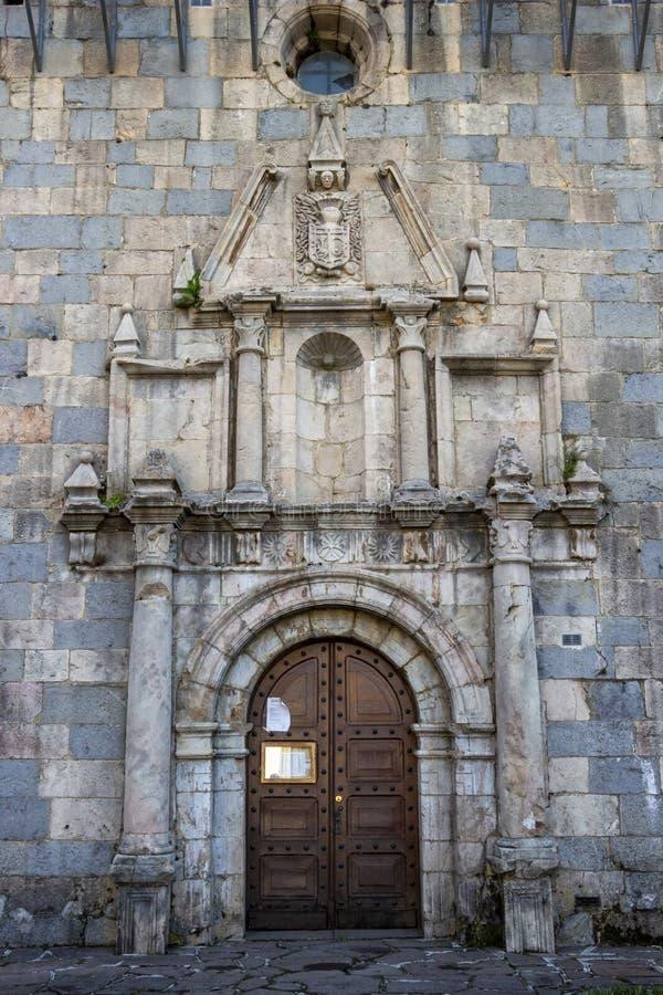 Dörr av kyrkaSten Nicolas de Bari i Burguete-Auritz, Navarre, Spanien, arkitektonisk detalj royaltyfri foto