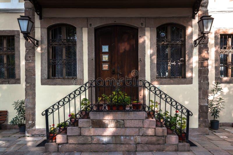 Dörr av och hus i Plovdiv royaltyfri bild