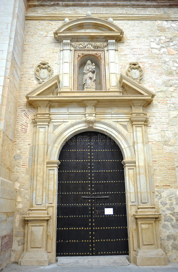 Dörr av oskulden av radbandet i kyrkan av helgonet Peter Martyr i Lucena, landskap av Cordoba, Spanien royaltyfri bild