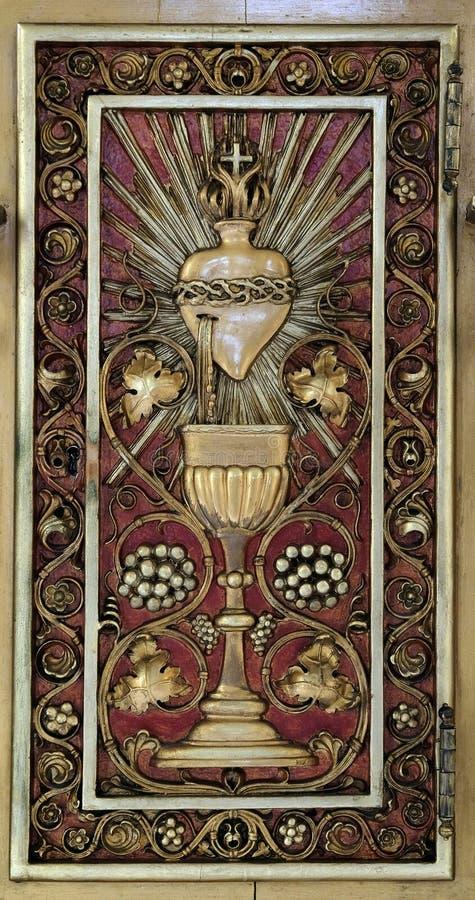 Dörr av tabernaklet på det huvudsakliga altaret i kyrkan av Saint Martin i Zagreb royaltyfria foton