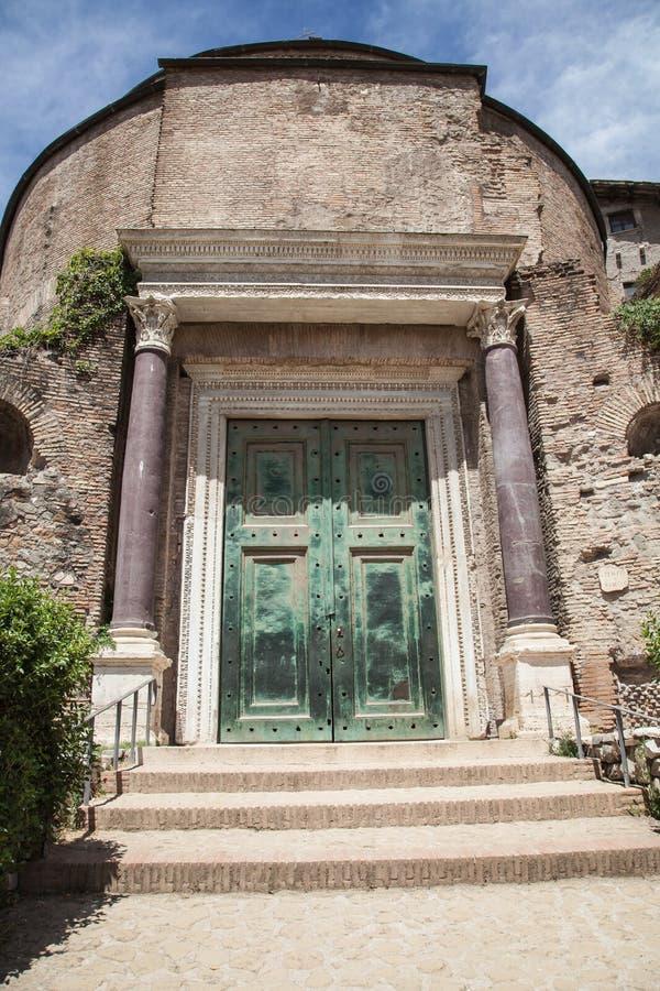 Dörr av templet av Romulus i Roman Forum, Rome fotografering för bildbyråer