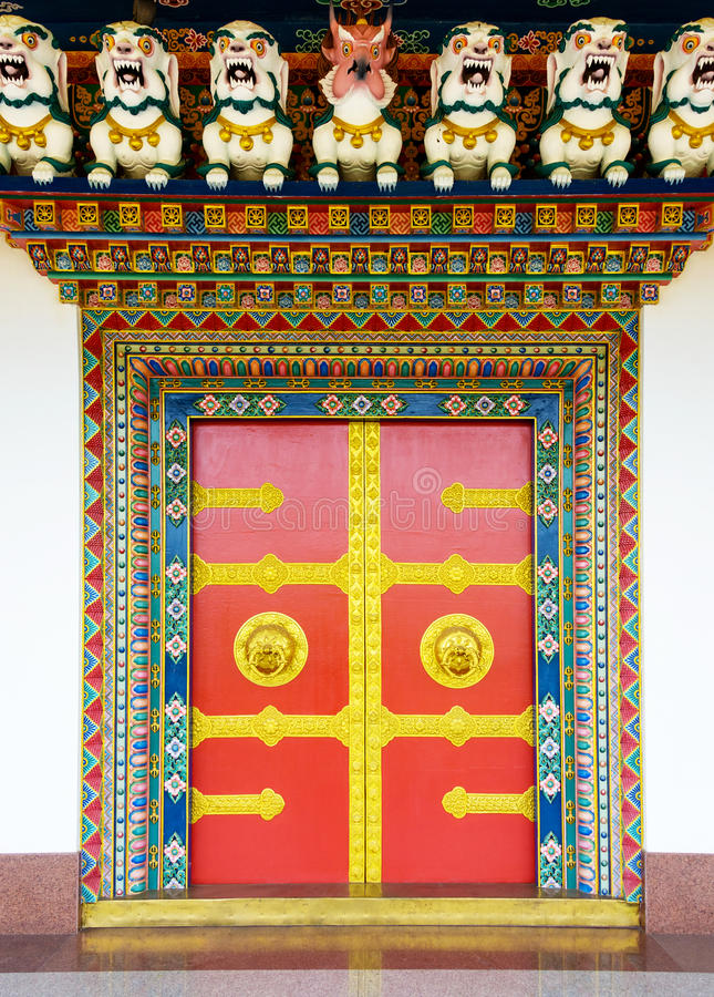 Dörr för buddistisk kloster i Nepal arkivbilder