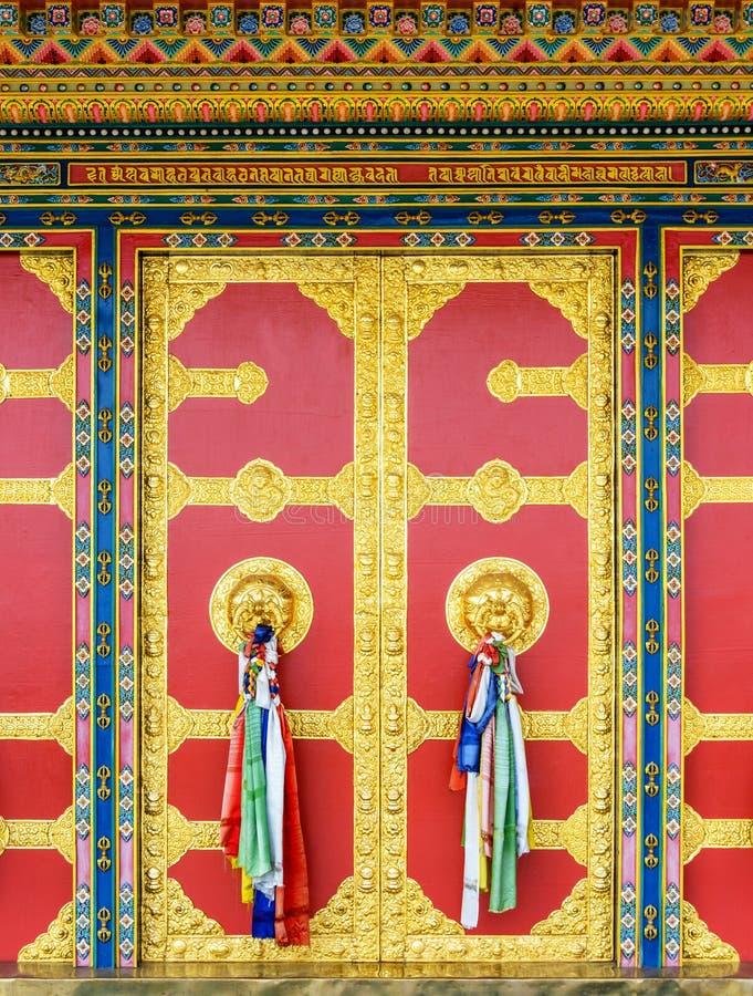 Dörr för buddistisk kloster i Nepal royaltyfri foto
