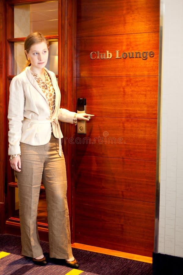 Dörr för flickaklubbavardagsrum royaltyfria bilder