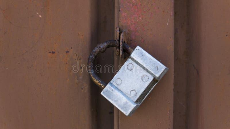 Dörr för grunge för Closeupmetall röd med silverlåset i grungy stil och bra textur royaltyfri bild