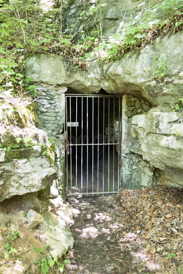 Dörr för stålstång in i grottan royaltyfri fotografi