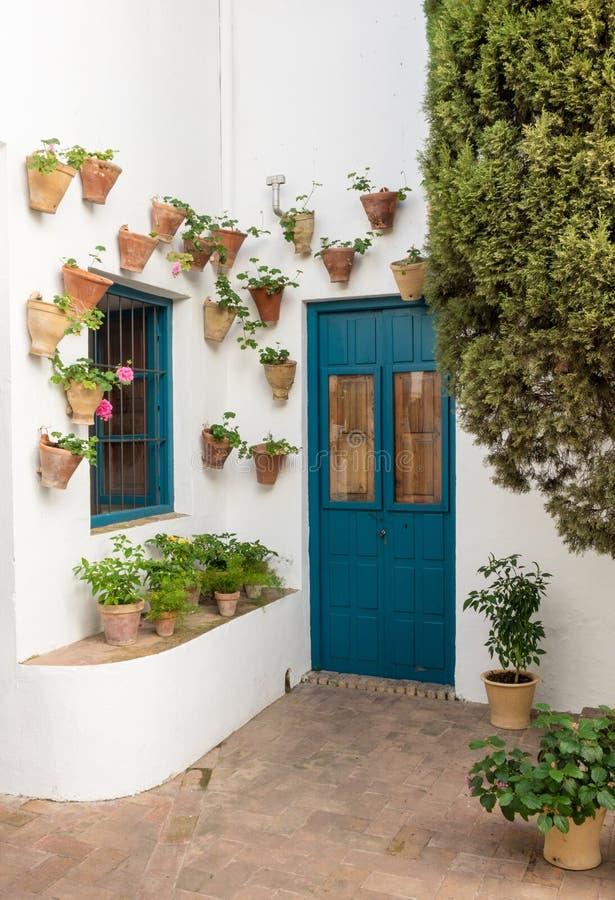 Dörr i borggård i Palacio de Viana Cordoba royaltyfri foto