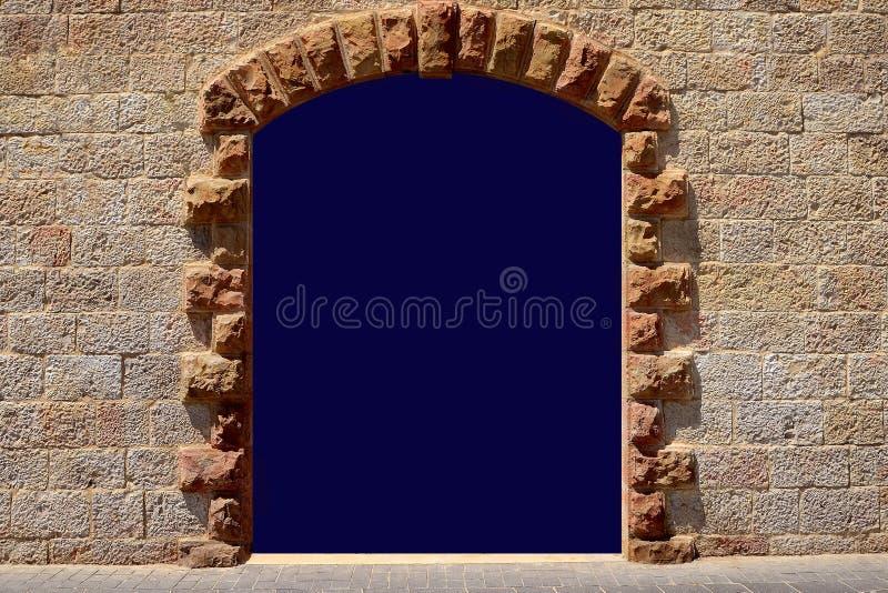 Dörr i den forntida viten för stenvägg kopiera utrymme för en inskrift i en båge på väggen av sandsten arkivfoto