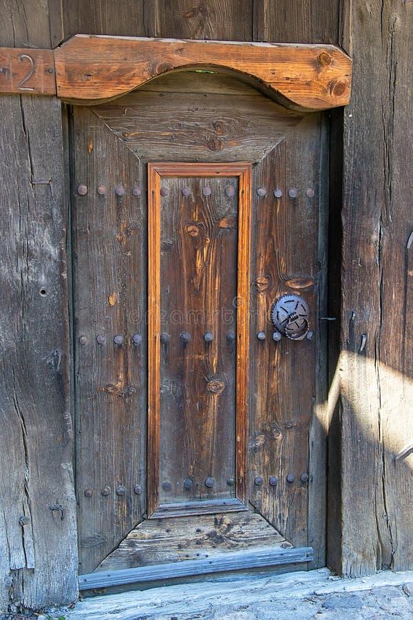Dörr i gammalt traditionellt bulgarian hus royaltyfri fotografi