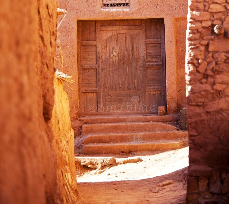 Dörr i moroccan by royaltyfria bilder