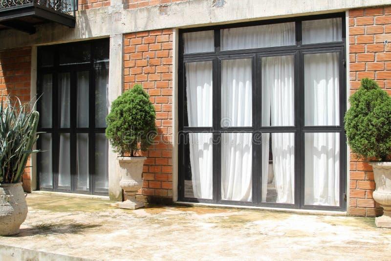 Dörr med den glass ramen på tegelstenväggen fotografering för bildbyråer