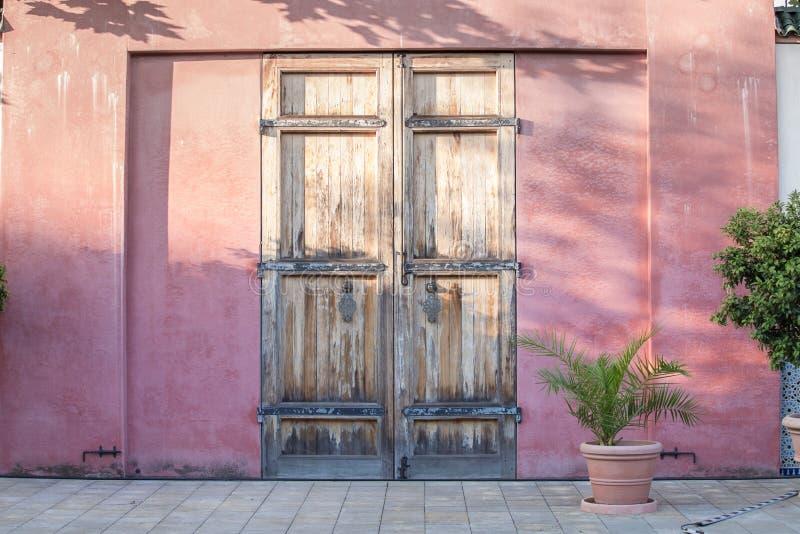 Dörr på den röda väggen royaltyfri fotografi